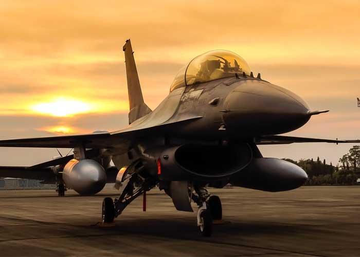 f16 falcon straaljager op zonsondergang achtergrond